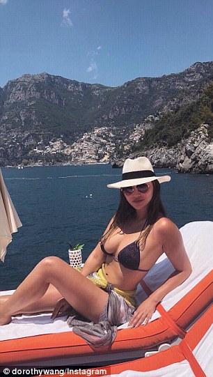 Elle est souvent vue en vacances dans des destinations de villégiature exclusives à travers le monde