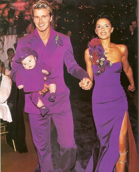 Jeu des trônes: David et Victoria ont commencé à se fréquenter en 1997, se mariant en 1999. Ils ont été accueillis par leur fils Brooklyn au printemps 1999, quelques mois avant leur mariage. affaire au château de Luttrellstown, en Irlande, avec des couronnes, des trônes et des vêtements violets