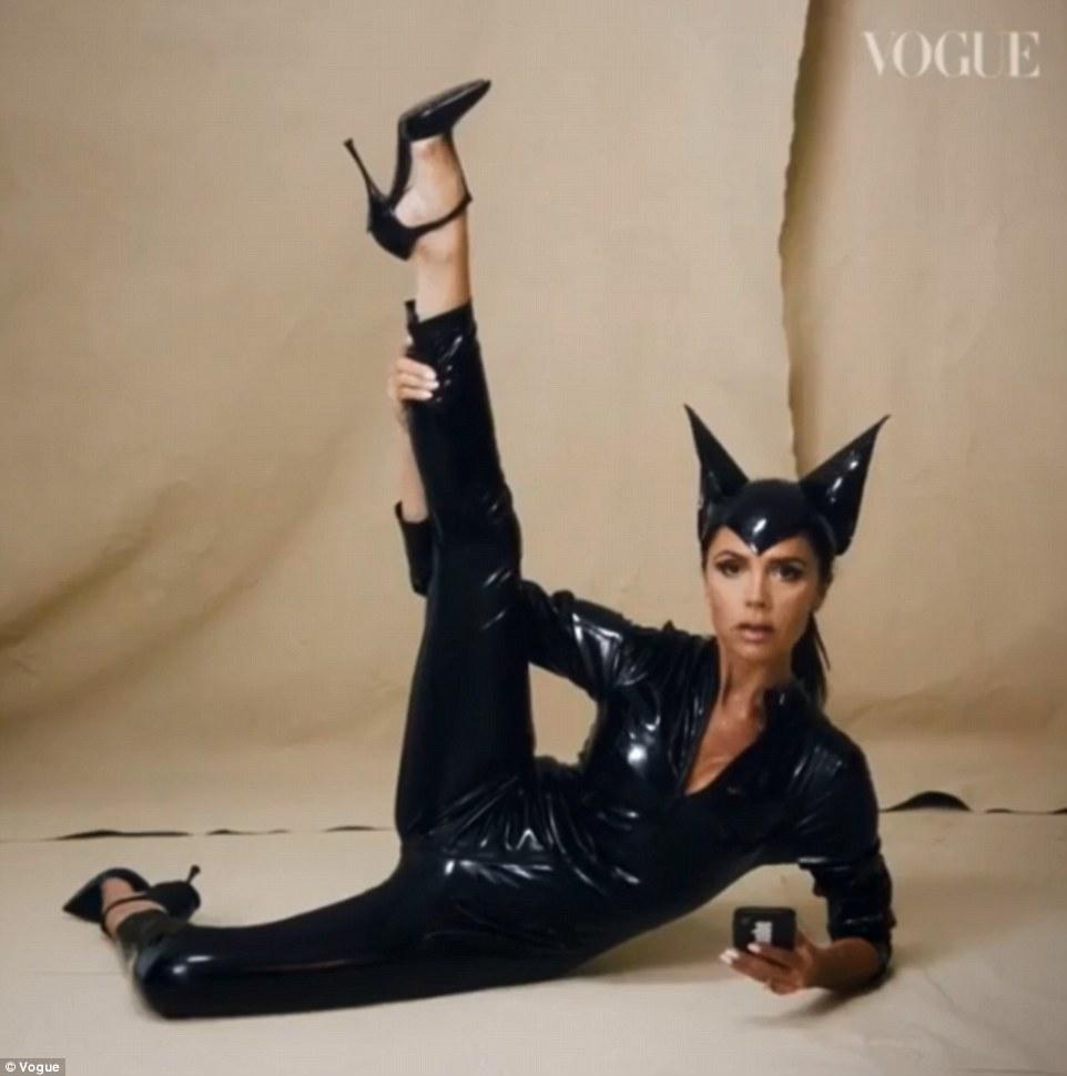 Le chat qui a eu la crème: Victoria a recréé son look Say You Be There alors qu'elle a modelé un catsuit en latex 22 ANS pour un tournage hilarant de Vogue