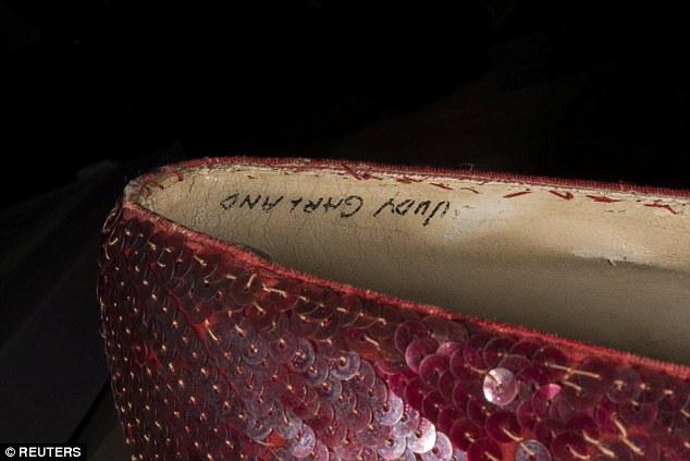 Une image en gros plan montre des détails de chaussons en rubis dans le film classique The Wizard of Oz de 1939