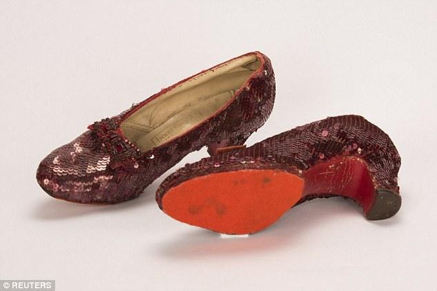 Une paire de chaussons en rubis figurant dans le film classique The Wizard of Oz de 1939 et volés au Judy Garland Museum de Grand Rapids (Minnesota) en 2005 est exposée le 4 septembre 2018 après avoir été retrouvée lors d'une opération d'infiltration.