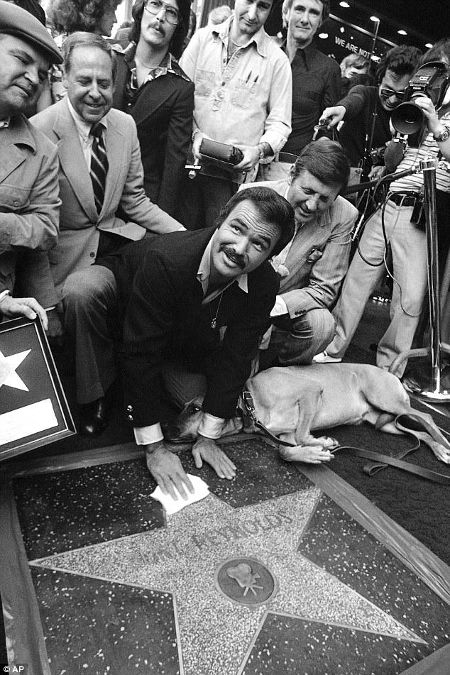Dans cette photo d'archives du 15 mars 1978, Reynolds a peaufiné sa nouvelle star dévoilée dans le Hollywood Walk of Fame à Los Angeles.