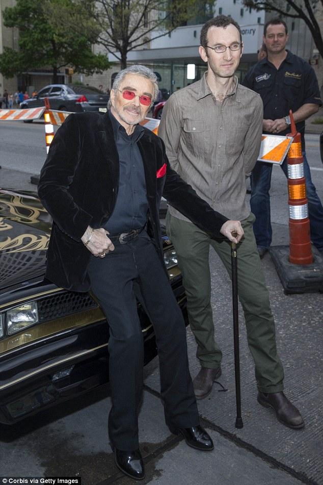 Reynolds marchait avec une canne lorsqu'il a été photographié avec le réalisateur Jesse Moss avec une réplique de la Trans Am de Smokey et du Bandit de 1977, le 12 mars 2018.