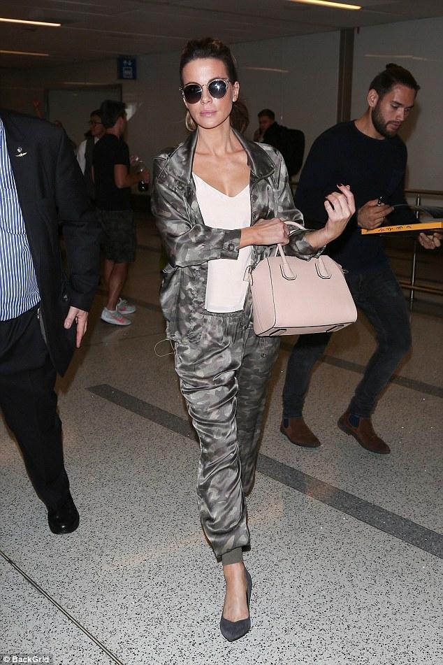 Globetrotter: Kate Beckinsale était de retour à Los Angeles jeudi et a été aperçue en train de se promener dans LAX alors qu'elle arrivait dans la ville où elle habite maintenant.