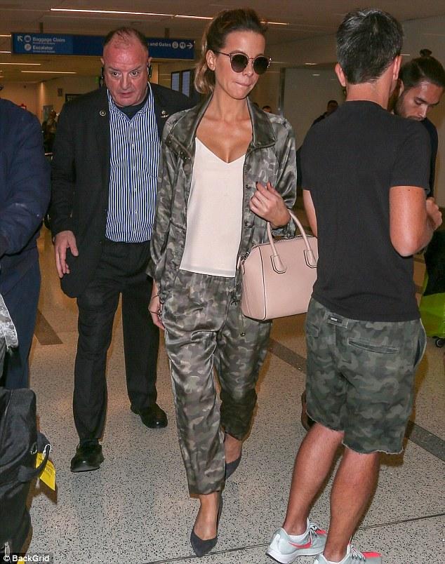 En transit: La fille de 45 ans, née à Chiswick, a glissé dans une paire de sweat-shirts camouflage gris et une veste assortie, jetant sur un haut blanc