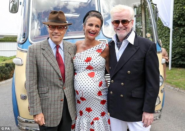 Couvercle croissant: La robe, qui comportait également un ourlet à volants, était accrochée à la taille moyenne de la belle brune, avec son mari Chris, âgé de 52 ans, l'air fier (avec le duc de Richmond)