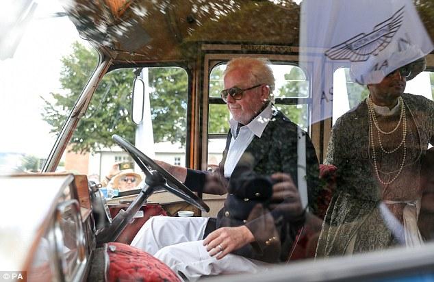 Showtime: Chris semblait confiant en conduisant un bus Bedford au festival