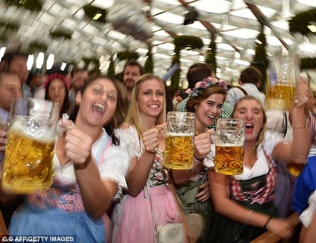 Certains Allemands croient que les imitations de tenues bavaroises ont réduit à néant les traditions de l'Oktoberfest. Femmes faisant la fête à la fête de l'an dernier (photo)