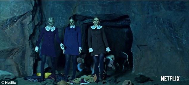 Horrifiant: trois femmes en train de se coiffer avec des visages macabres émergent d'une grotte