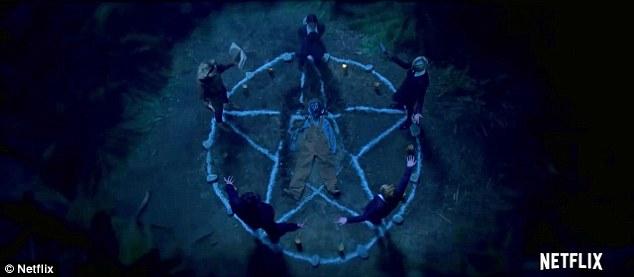 Creepy: Les gens ont levé les bras larges autour d'un pentagramme