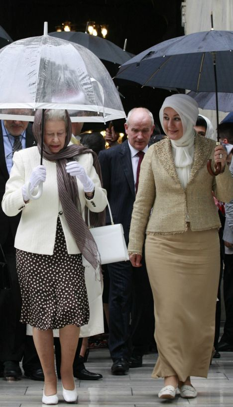 Queen Of Scarves HRH Dons Islamic Headgear As She Visits A Turkish Mosque Daily Mail Online