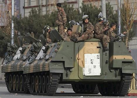 Forças de ocupação chineses em patrulha no Tibete em http://i.dailymail.co.uk
