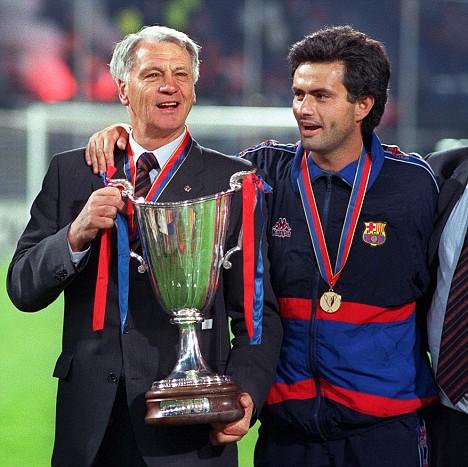Bobby Robson con la Recopa conquista en 1997 con el Barça