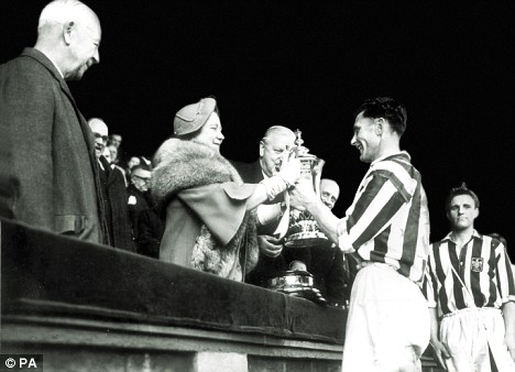 Len Millard riceve la FA Cup 1954 dalle mani della Regina Madre