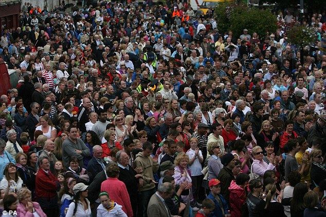 Thousands of fans watch a big screen in Ennis town centre as Ali unveils his family plaque