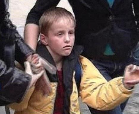 El niño es llevado con las autoridades