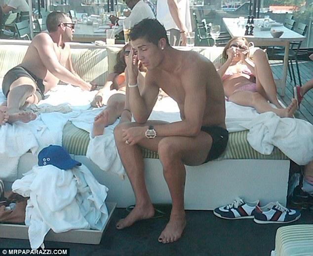 Ronaldo di tepian kolam renang di New York