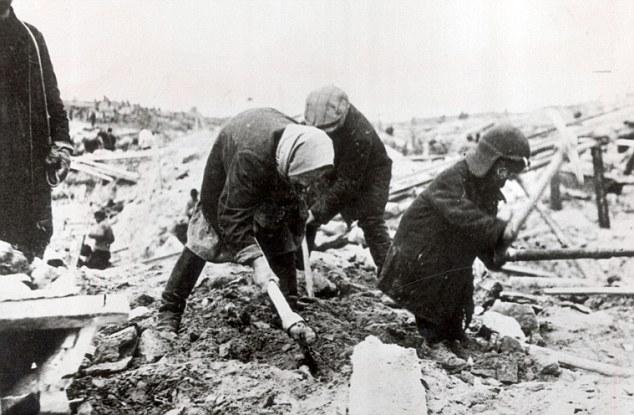 Mulheres e crianças num gulag.