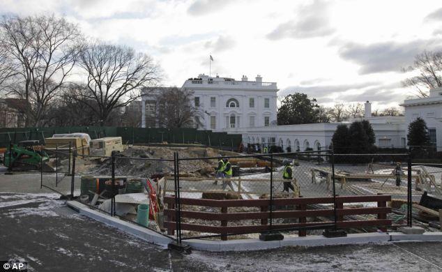 """""""Big Dig"""": Esta foto fue tomada en la primavera de 2011, mostrando una gran barrera verde alrededor del icónico edificio de Washington en el fondo"""