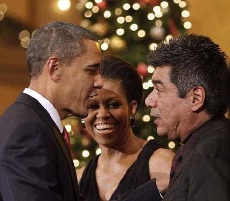 Presidente Obama reunião comediante George Lopez como a Primeira Dama observa. Alguns observadores acreditam que esta imagem mostra uma cicatriz distintivo que se parece com os que ficam após a cirurgia cerebral