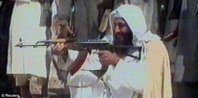 O guerrilheiro: Bin Laden com a arma durante a guerra soviético-afegã