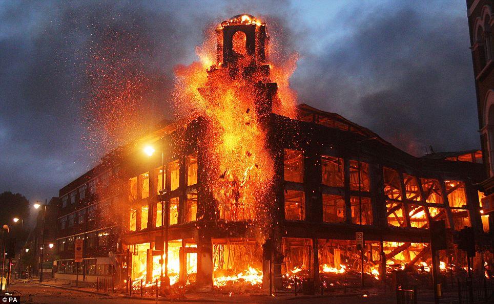 Inferno: rabia llamas a través de un edificio en el Tottenham, con los bomberos impidió hacerle frente en caso de que fueron atacados por los manifestantes