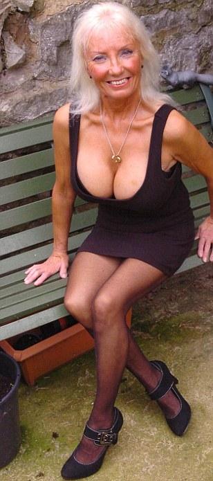 Nenek seksi 65 tahun memiliki payudara besar dan montok