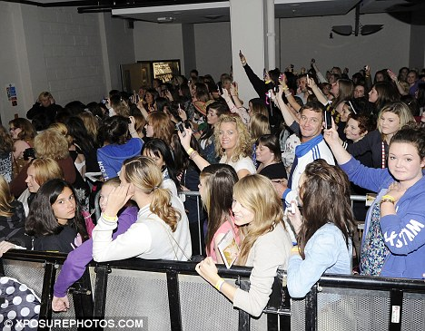 On Direction Mania: As in Glasgow the boys were greeted with several hundred fans who all couldn't wait to meet the boys