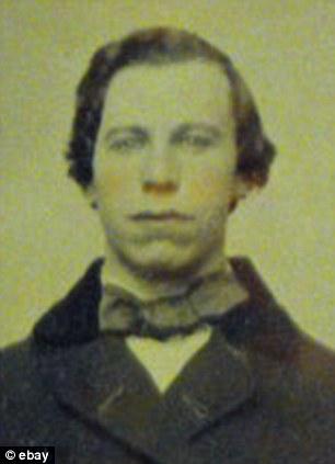 Lookalike: La foto de 1860 de John Travolta se ve muy similar a una foto tomada de la estrella de Grease en 1980