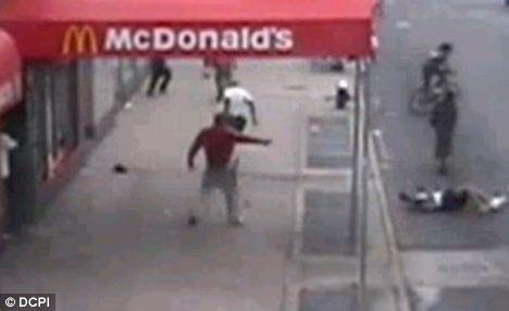 Manhunt: El hombre armado con un abrigo rojo más disparos a la víctima como los rollos en la carretera