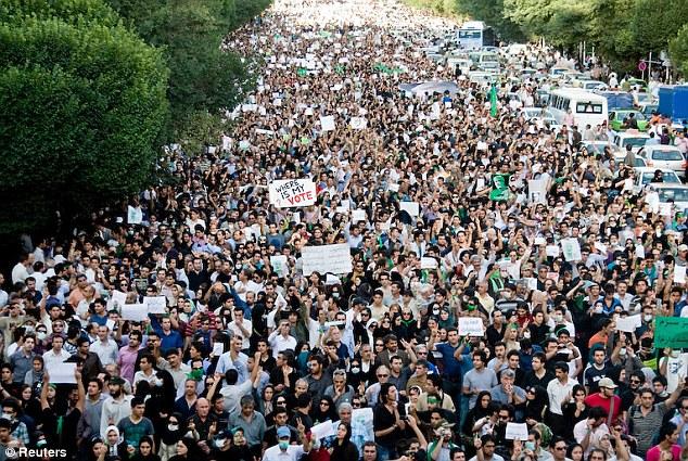 Activismo: Manifestantes marchan durante una manifestación contra los resultados de la elección presidencial iraní en Teherán 18 de junio 2009, el Sr. Goudarzi fue arrestado durante las manifestaciones