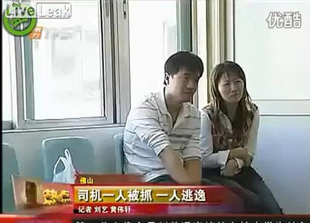 Angustiado: los padres de la niña espera con ansiedad las noticias en el hospital, donde se encuentra en estado de coma