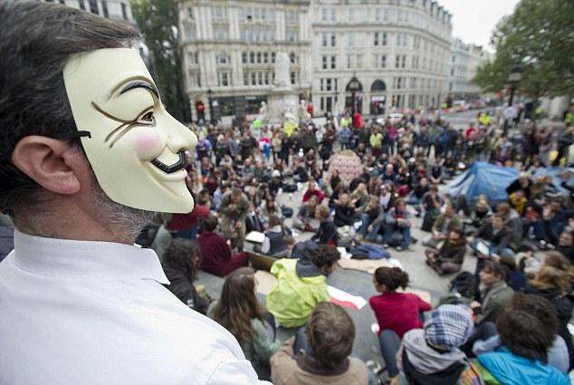 Protesta contra el capitalismo global fuera de la catedral de San Pablo, en Londres: Pero parece poco probable que las 147 corporaciones en el corazón de la economía mundial podría ejercer un poder político real - que representan los intereses de muchos