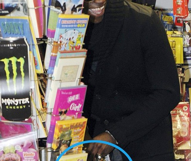Photo Mario Balotelli Sneaks A Peek At Porno Mag In Front Of Girlfriend