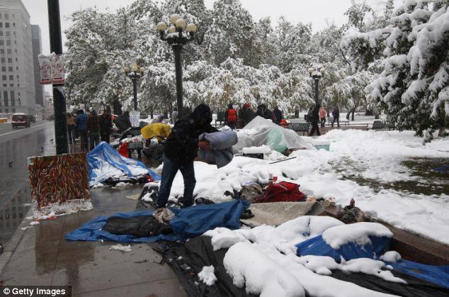 Resistente: 25 manifestantes dormían en el campamento Ocupar Denver durante la noche aun cuando la tormenta de nieve del invierno trasladó pulg Varios fueron llevados al hospital por hipotermia.