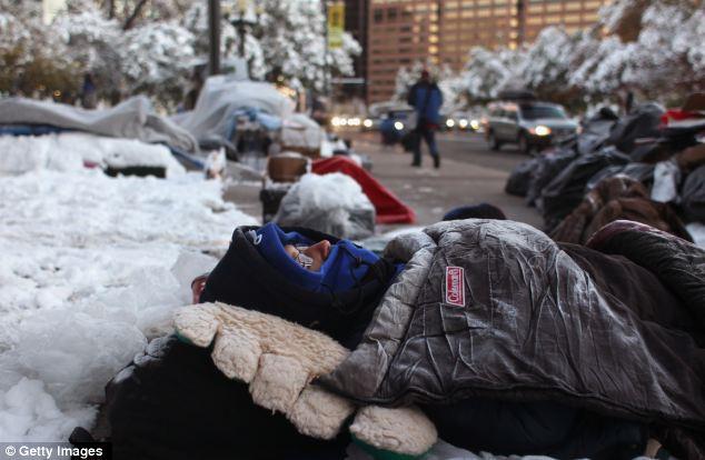 Extrema: Cinco centímetros de nieve húmeda cayó en Denver el miércoles la reducción del número de manifestantes durante la noche a sólo 25 hardcore.