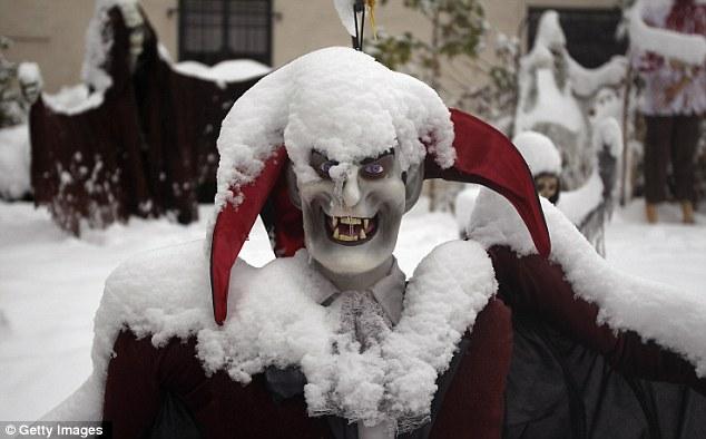 No pretende ser: decoraciones de Halloween están cubiertas de nieve en un jardín del frente, en Denver, Colorado.  A centímetros de nieve cayeron esta semana, apenas dos días después la ciudad fue de 80 grados