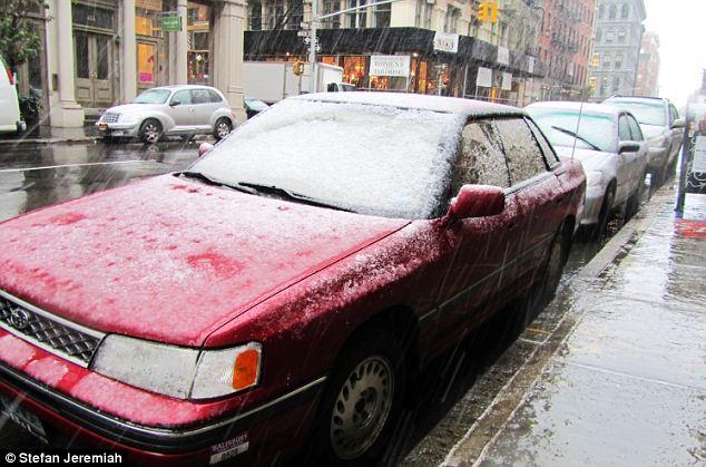 Espero que abarrotaron el descongelante: Coches aparcados en Manhattan rápidamente tuvo su parabrisas cubierto de nieve
