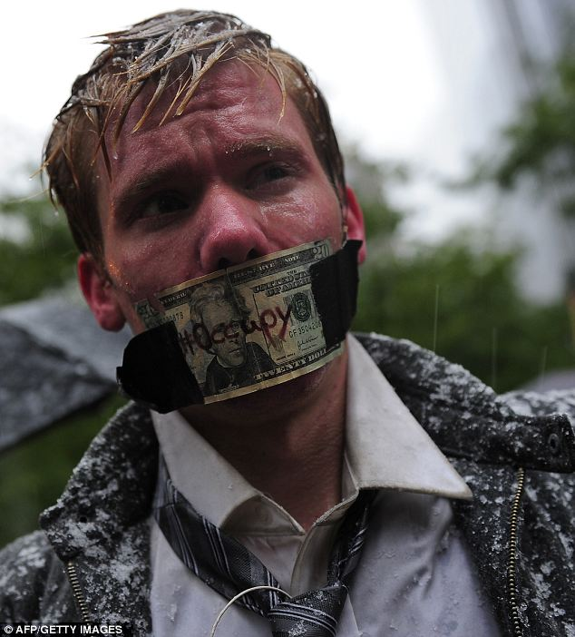 Firmes: Un partidario de la calle Muro Ocupar valientes los elementos, manteniendo su protesta en el Zuccotti Park en Nueva York