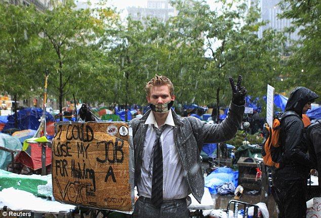Congelación: Robert James Carlson, miembro del movimiento Ocupar Wall Street, se levanta para protestar en Zuccotti Park en medio de la lluvia y la nieve