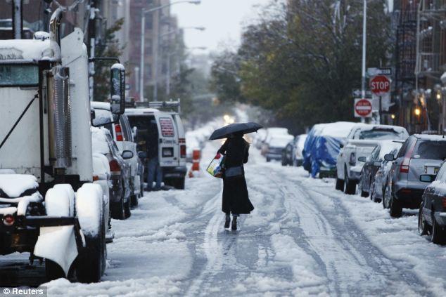 Resbaladizos: Una mujer camina por una calle cubierta de nieve en Nueva York