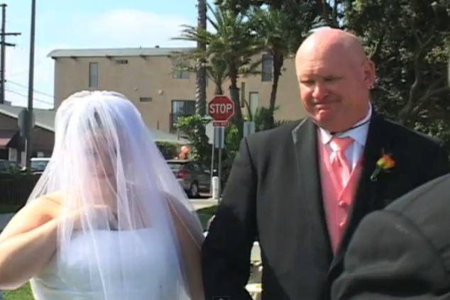 La nena de papá: Después de haber caminado a su hija hasta el altar, el padre parecía un poco avergonzado cuando ella ignoró los gritos lo que el predicador estaba diciendo