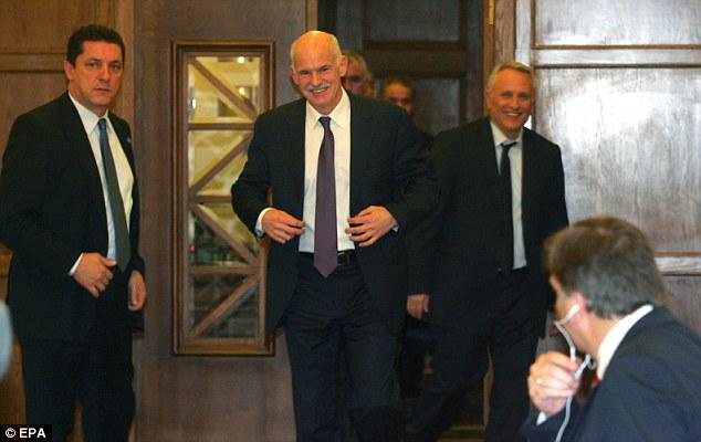 Todas las sonrisas: el primer ministro griego George Papandreou, centro, con otros ministros durante una pausa en la reunión del gabinete de maratón