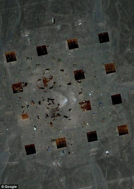 Una mirada más cercana: Cuando te acerques más cerca se pueden observar los vehículos quemados en el desierto de Gobi, que plantea interrogantes sobre lo que China podría ser la construcción de una región que utiliza para su espacio militar, y los programas nucleares