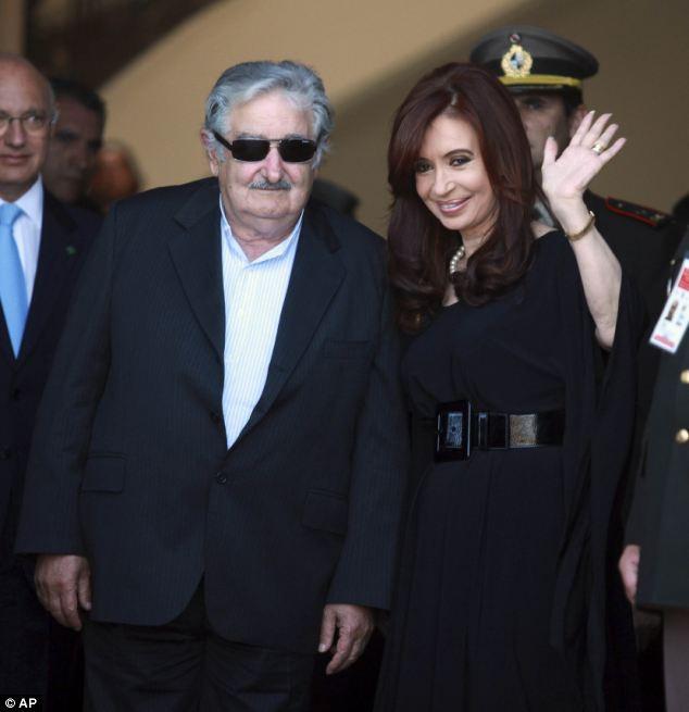 Argentina líder Cristina Fernández de Kirchner (derecha) tendría una estatua en las islas