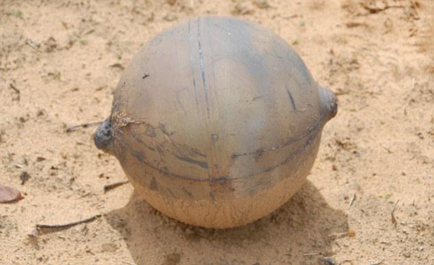 La esfera metálica desconcertante, en la foto hizo un cráter de 12 centímetros de profundidad donde cayó