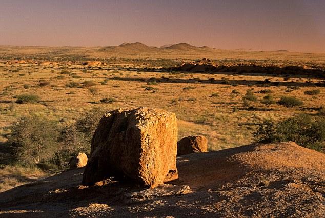 La misteriosa esfera metálica cayó sobre la tierra seca en un área del norte de Namibia, en la foto