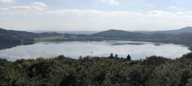 Agua engañosa a la vista: El lago se formó cuando la tierra se derrumbó después de la última erupción en Laacher Ver
