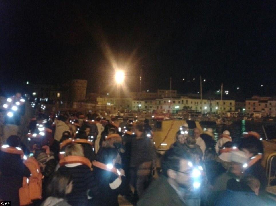 Coastguard responsables ont confirmé que 3200 passagers étaient à bord au moment de long avec 1.000 membres d'équipage et tous avaient été évacués par bateau de sauvetage et à la prise de l'île de Giglio