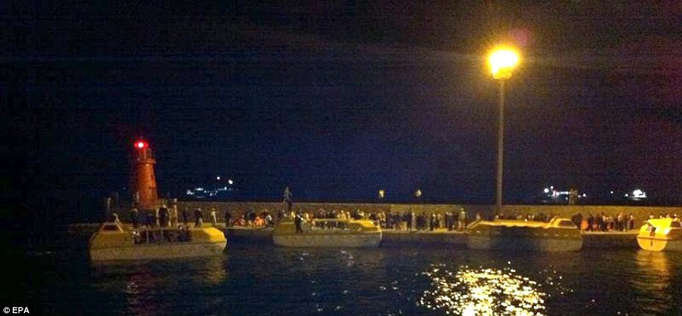 Operation: Rescue boats of the stranded cruise ship Costa Concordia arrive in the harbour